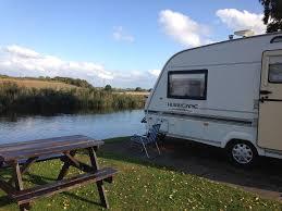Comment installer un lit et une dinette dans un camping car?